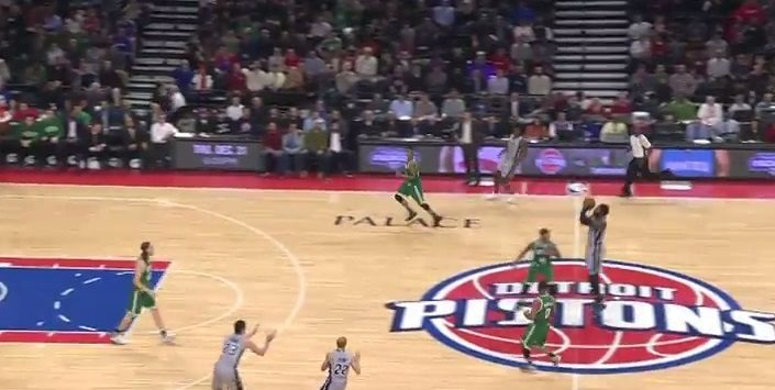 Drummond no sólo sabe rebotear. ¡Mira desde donde la mete contra los Celtics! (Vídeo)