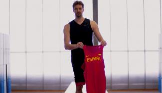 De Sant Boi a Río: Pau vuelve a los orígenes para descubrir la camiseta de España (Vídeo)