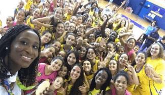 ¡Vaya homenaje! Astou Ndour, recibida por la cantera del Spar Gran Canaria en Paterna