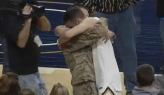 De Afganistán al pabellón: sorprende a su hermano en pleno partido de la NCAA (Vídeo)