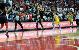 Astou Ndour, eliminada de la WNBA con un triple… ¡desde el medio campo!
